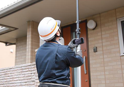 専門資格者(外装劣化診断士)が屋根の上までビデオで診断!
